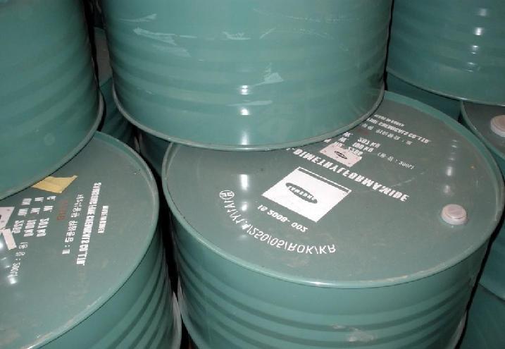 N-甲基甲酰胺 规格:99.0% 产地:日本 包装:200kg/桶 价格:8800元/吨 N-甲基甲酰胺 N-Methylformamide Cas号: 123-39-7 分子式 C2H5NO;HCONHCH3 分子量 59.07 别名 N-Formylmethylamine 性状 有氨味。可与苯互溶,溶于水、醇和 酮,不溶于醚。 密度: 1.003 熔点: -3.2 C、 沸点: 200 C nD20: 1.